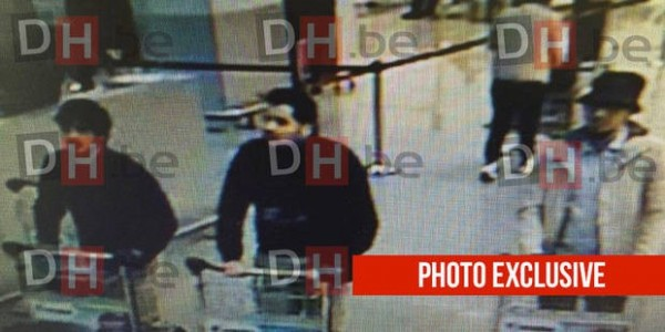 比利時媒體《DH.be》在稍早曝光2名在機場策劃爆炸的嫌疑犯照片,是2名身穿黑衣並且髮色為黑色的男子。(圖擷取自DH.be)
