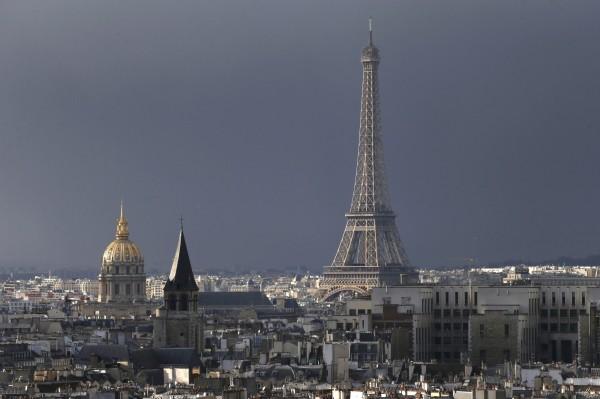 法國巴黎市長表示,艾菲爾鐵塔將打上比利時國旗顏色燈光,聲援比利時。圖為艾菲爾鐵塔資料照。(路透)