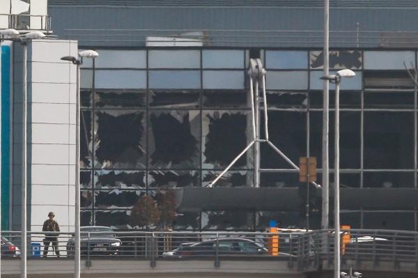 目前布魯塞爾機場、地鐵系統、公車、電車和各大鐵路車站也被當局關閉,布魯塞爾機場也在推特上證實,取消週二的所有起降航班。圖為遭爆炸破壞的機場。(歐新社)
