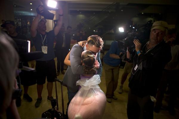 流亡美國多年的古巴選手瓦羅納昨天與家人團圓,所有人無不流下眼淚,場面相當感人。(美聯社)