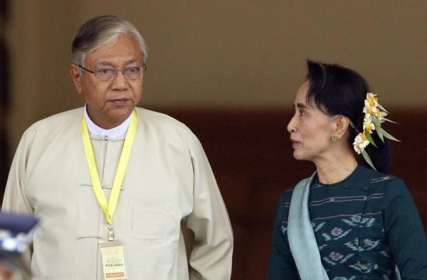 緬甸在15日選出翁山蘇姬(右)的親信廷覺(左)為新任總統,而《路透》所得到的消息指出,緬甸內閣翁山蘇姬可能會擔任4個部的部長。(資料照,美聯社)