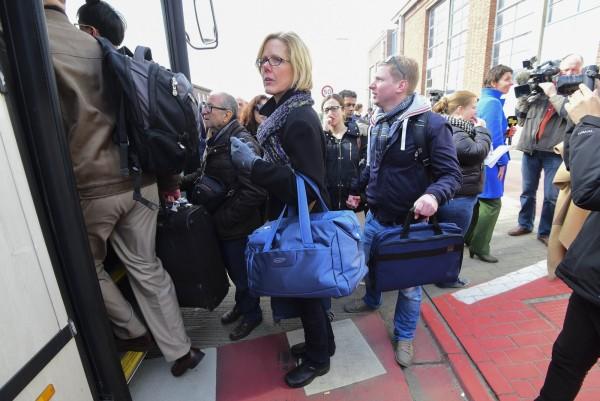 比利時布魯塞爾今天連環爆,恐怖組織伊斯蘭國聲稱為他們所為。圖為機場疏散中的旅客。(法新社)