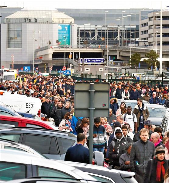 比利時布魯塞爾國際機場遭恐怖攻擊後,旅客和機場人員緊急疏散。(歐新社)