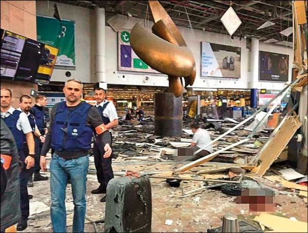 比利時布魯塞爾國際機場二十二日上午發生疑似自殺炸彈攻擊,航廈內被炸得一片狼藉。(取自網路)