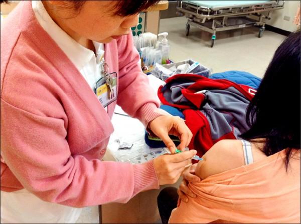 ▲只要符合適應症的民眾都應接種肺炎鏈球菌疫苗!(照片提供/許至昇)