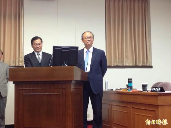 台電董事長黃重球(左)、經濟部長鄧振中(右)。(記者黃佩君攝)