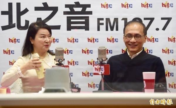 準行政院長林全(右)今天上午接受台北之音「蔻蔻早餐」節目主持人周玉蔻(左)專訪。(記者羅沛德攝)