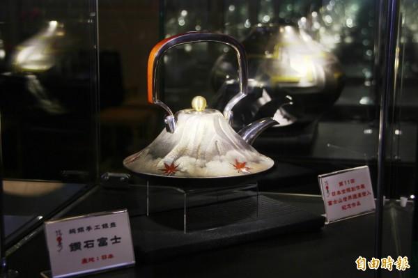 日本名匠打造的茶具「鑽石富士」,在世界搏茶會中高價售出。(記者林宜樟攝)