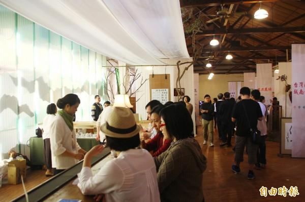 世界搏茶會展售現場熱鬧滾滾。(記者林宜樟攝)