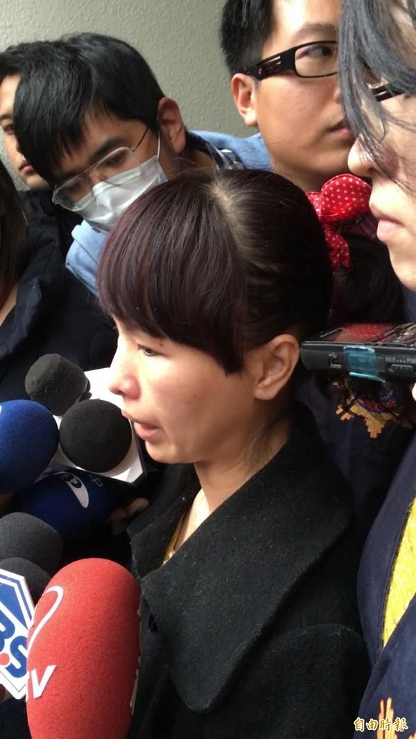 孕婦投保的南山人壽梁姓女保險員到刑事局說明案情。(記者姚岳宏攝)