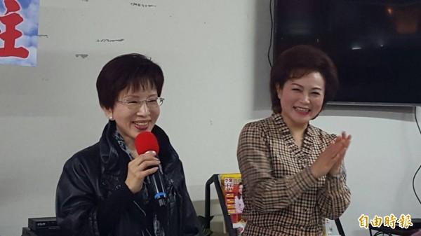 國民黨主席候選人洪秀柱(左)由嘉義市議長蕭淑麗(右)陪同到經國新城拉票。(記者丁偉杰攝)