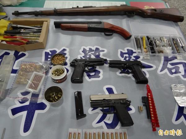 警方查獲陳嫌改造長、短槍各1把、霰彈槍1把、改造子彈13顆,與2把半成品手槍。(記者陳冠備攝)