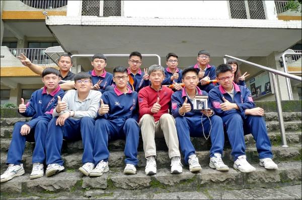 二信高中學生參加「台灣創新產品設計開發競賽」,抱回二金四銀的好成績。(二信高中提供)