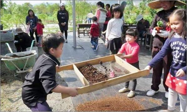 員山結頭份社區自發將廚餘製作成肥料。(縣府提供)