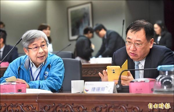 台北市捷運局長周禮良(左)、新北市捷運局長趙紹廉(右)討論民生汐止線。(記者簡榮豐攝)
