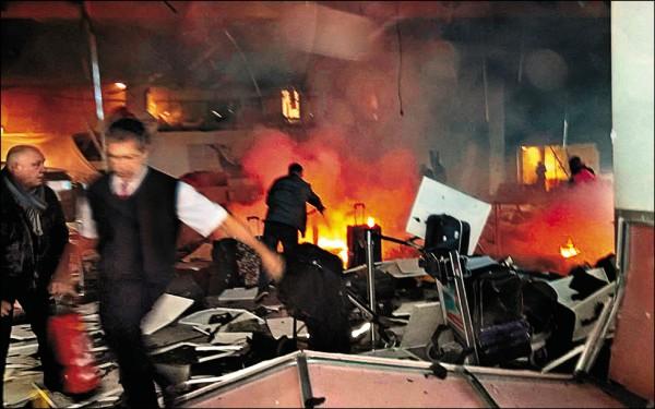 布魯塞爾國際機場遭疑似自殺炸彈客攻擊,航廈內的旅客驚恐尖叫,陷入一片混亂。(取自網路)