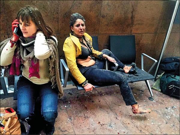 布魯塞爾馬爾貝克地鐵站遭炸彈攻擊,驚恐逃出的受傷乘客在站外哀號待援。(取自網路)