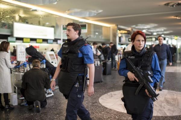 航管專家普萊斯表示,大多數西方國家機場當初的設計是為了讓乘客得以快速搭機,並沒有考慮到安全威脅。(歐新社)