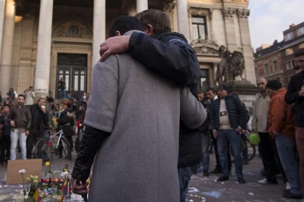 布魯塞爾遭遇恐攻,比利時人民群聚在街頭哀悼。(彭博)