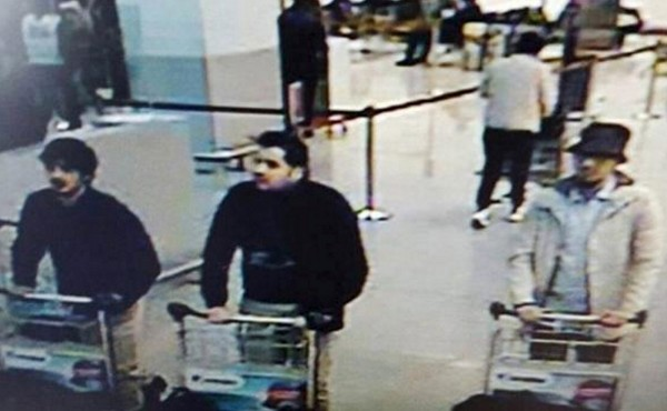 左邊的兩名黑衣男子疑似為恐怖分子。(路透)