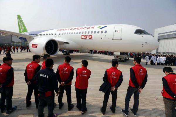 中國早先出口的小型飛機「新舟60」,有近半因安全問題被閒置在倉庫。圖為去年亮相的中國首架自製大型客機C919。(法新社,資料照)