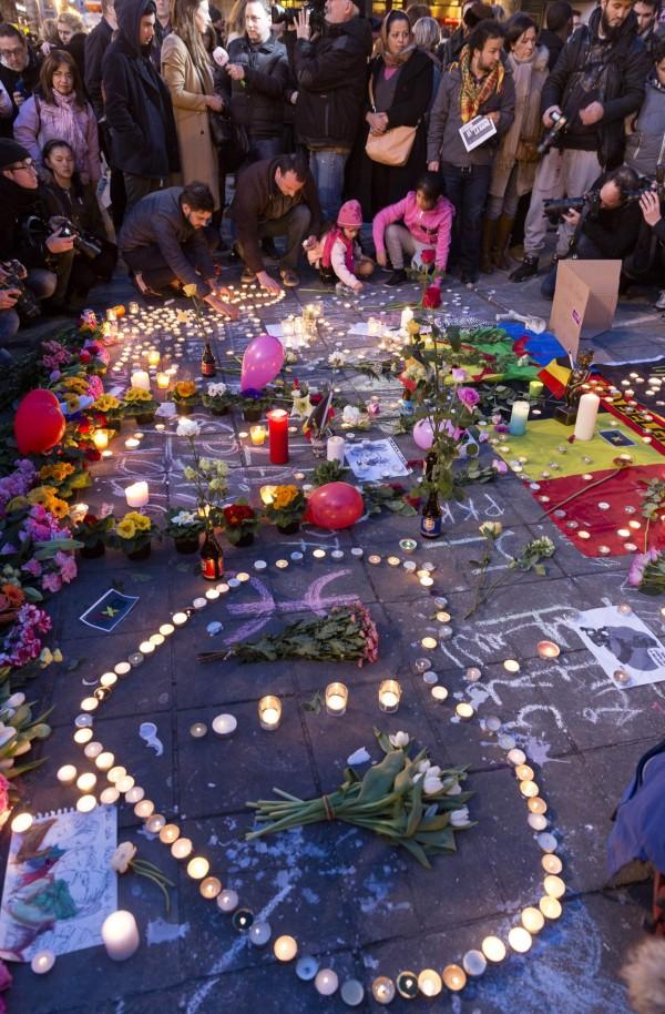 民眾紛紛上街獻花、點蠟燭並互相擁抱,為彼此打氣。(法新社)