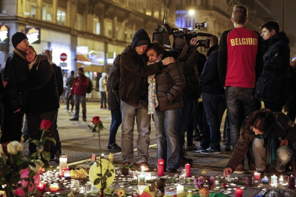 布魯塞爾民眾紛紛上街獻花、點蠟燭並互相擁抱,為彼此打氣。(歐新社)
