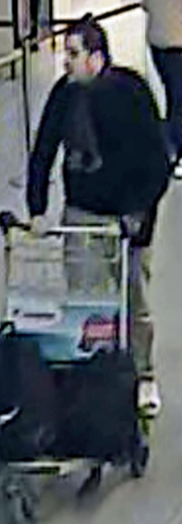 土耳其當局宣稱曾在2015年逮捕過比利時恐攻嫌犯之一的伊布拉欣.巴克勞伊。圖為比國公布的疑似巴克勞伊的人士現身機場準備犯案的畫面。(美聯社)
