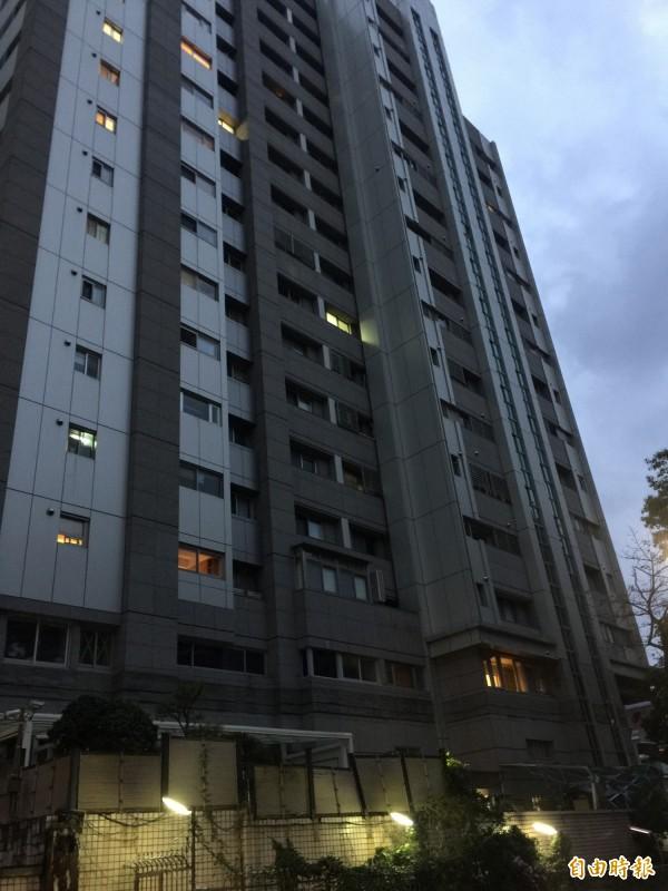 就讀台北美國學校的15歳少年,下午4時餘放學返家後,卻跑到頂樓跳下。(記者陳恩惠攝)