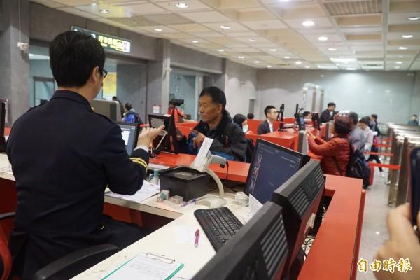 旅客由小三通入境金門均需接受移民官查驗身分。圖中人物與新聞事件無關。(記者吳正庭攝)