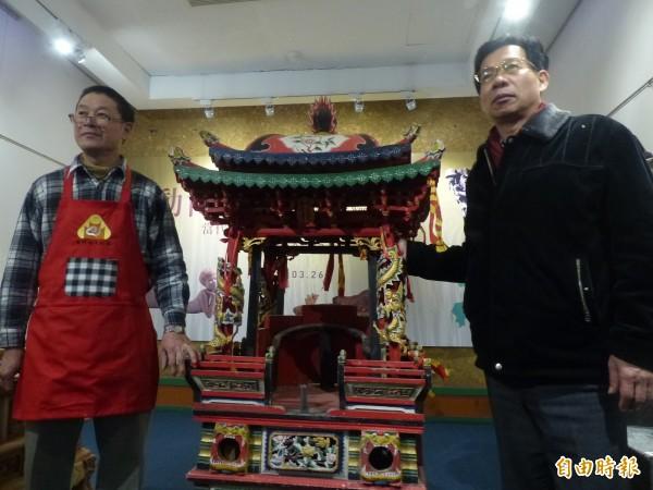 金門縣文化局長呂坤和(右)盛讚木匠師傅胡青年(左)一身好功夫,推薦參選工藝成就獎。(記者吳正庭攝)