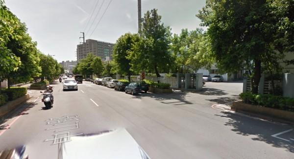 新北市林姓男子前年3月間,騎車上班途中,行經土城中山路時,被監視系統的電纜線絆倒受傷,林因此向管理機關即新北市警察局土城分局提國賠57萬元。(圖擷取自Google Map)