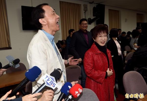 國民黨主席補選候選人洪秀柱(右)、李新(左)近日針鋒相對。(資料照,記者羅沛德攝)