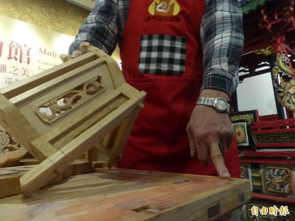 金門木匠師傅胡青年雕製的神轎,全部採傳統工法,沒有一根釘子。(記者吳正庭攝)