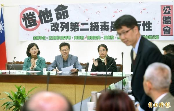 立委蘇巧慧(左起)、張宏陸、陳賴素美等人24日舉行「愷他命改列第二級毒品可行性」公聽會,邀請專家學者一起討論。(記者方賓照攝)