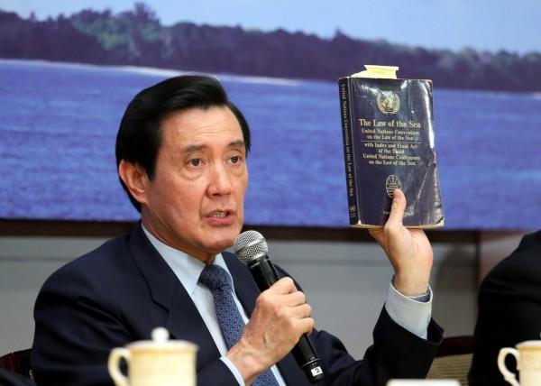 總統馬英九手拿海洋公約法批評菲律賓,強調太平島是「島」不是「礁」。(圖擷自馬英九臉書)