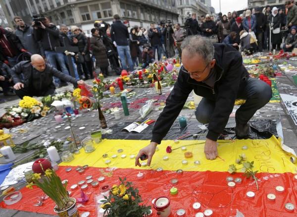 比利時民眾到廣場獻花、點蠟燭悼念恐襲死者。(路透)