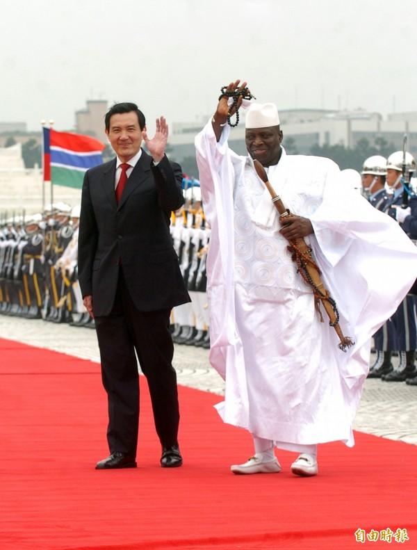 甘比亞總統的奇葩「事蹟」層出不窮,讓網友搖頭:「這種國家放生也好」。圖為2009年甘比亞總統賈梅來台訪問時的畫面。(資料照,記者王敏為攝)