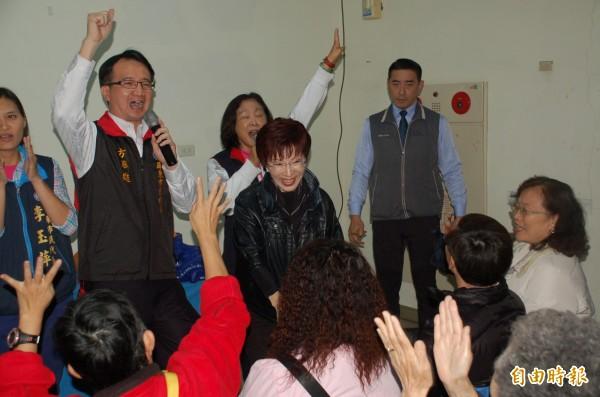 洪秀柱(圖中)到屏東市眷村改建的崇大新城爭取黨員支持,她認為現在台灣的年青人當兵不能操也罵不得,沒辦法打仗,所以台獨是行不通的。(記者李立法攝)