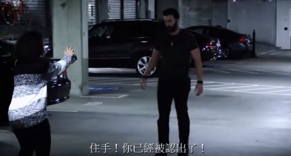 只要用手機瞄準歹徒,手機便會與警政系統連線。(圖擷取自YouTube)