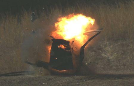 美國羅德島大學爆裂物偵測中心負責人奧克斯利表示,只要花費0.1磅TATP就可以炸開車門,而比利時警方繳獲了33磅TATP原料。(圖擷取自CBS)