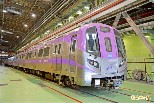 捷運綠線將要發包,民代擔心財務沉重,圖為桃捷保修廠內停放捷運車廂。(記者謝武雄攝)