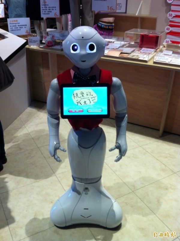 可以陪伴銀髮族一起進行簡單活動、有情緒、會聊天的機器人「PEPPER」。(記者楊綿傑攝)