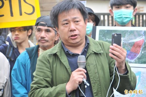 聲援的東華大學財經法律研究所教授張鑫隆,認為花蓮縣府趕辦環評的舉動,完全漠視原住民對土地轉型正義的訴求。(記者花孟璟攝)