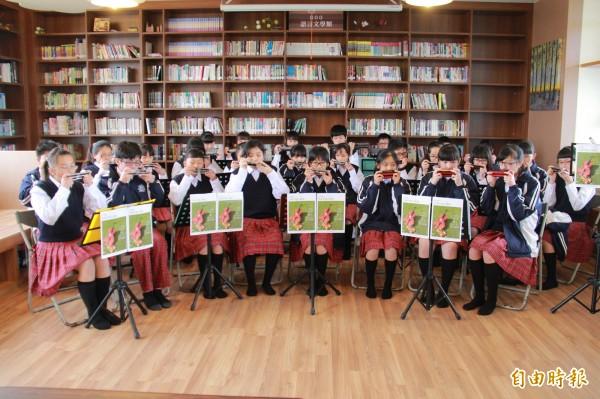 芳苑國中口琴社團為音樂會表演加緊練習。(記者陳冠備攝)