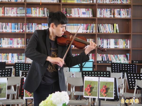 來自台中的「奏出福爾摩沙音樂協會」樂團,為草地音樂會將下鄉演出。(記者陳冠備攝)