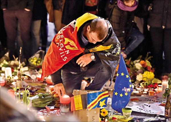 比利時魯汶市加斯夫奴伊斯貝格醫院的醫師,24日展示從布魯塞爾恐攻受害者身上取出的爆裂物碎片。(路透)