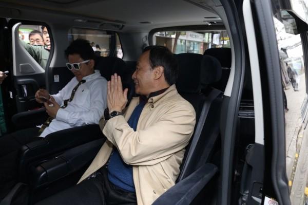李波與白衣神秘人上車後離開香港。(取自香港01)