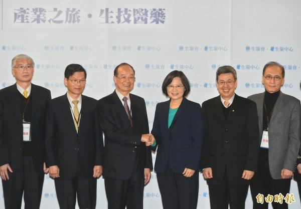 中研院長翁啟惠(左二)的女兒翁郁琇因持有浩鼎股票,而被外界非議。(記者張嘉明攝)