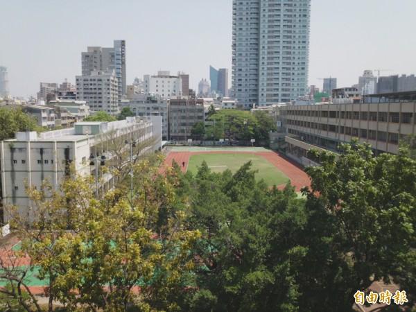 大同醫院日照中心設在大同國小後棟(左),長輩將與前棟(右)的學童一起成長。(記者洪定宏攝)